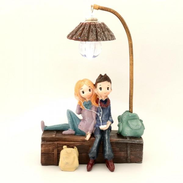 Aşkı Anlatan Işıklı Kütükte Oturan Sevgili Çift Biblosu